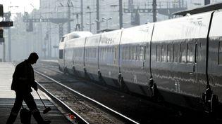 Un TGV en gare de Rennes, en mai 2004. (MAXPPP)