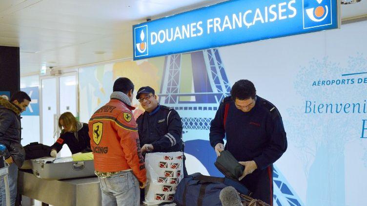 Les douanes françaises ont saisie103 millions d'euros en argent liquide au premier trimestre 2013. (MIGUEL MEDINA / AFP)