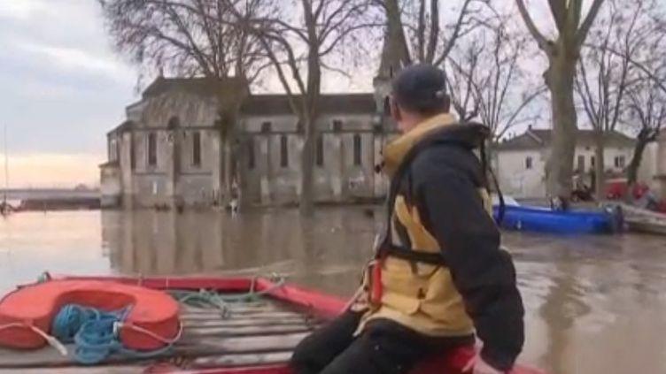 À Couthures-sur-Garonne (Lot-et-Garonne), les dégâts sont nombreux après les fortes inondations qui ont touché le sud-ouest de la France. Le centre-ville ressemble à une île. (FRANCE 3)
