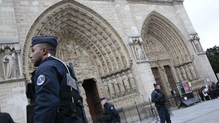 La police surveille la cathédrale Notre-Dame de Paris, après le suicide d'un homme, le 21 mai 2013. (MAXPPP)