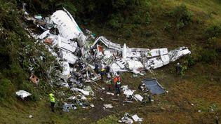 Des secouristes inspectent les débris de l'avion qui s'est écrasé en Colombie, mardi 29 novembre, quelques heures après l'accident. (FREDY BUILES / REUTERS)