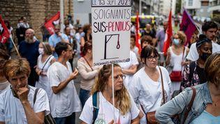 Des soignants opposés à l'obligation vaccinale rassemblés devant l'ARS de Lyon, mardi 14 septembre. (NICOLAS LIPONNE / HANS LUCAS)