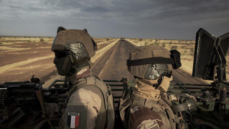 Des militaires français de l'opération Barkhane sur la route entre Gao (Mali) et Niamey (Niger), le 1er novembre 2019. (PHILIPPE DE POULPIQUET / MAXPPP)