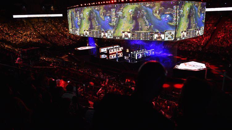La finale des championnats du monde de League of Legends 2019 s'était déroulée à Paris (photo d'illustration). (JULIEN DE ROSA / EPA)