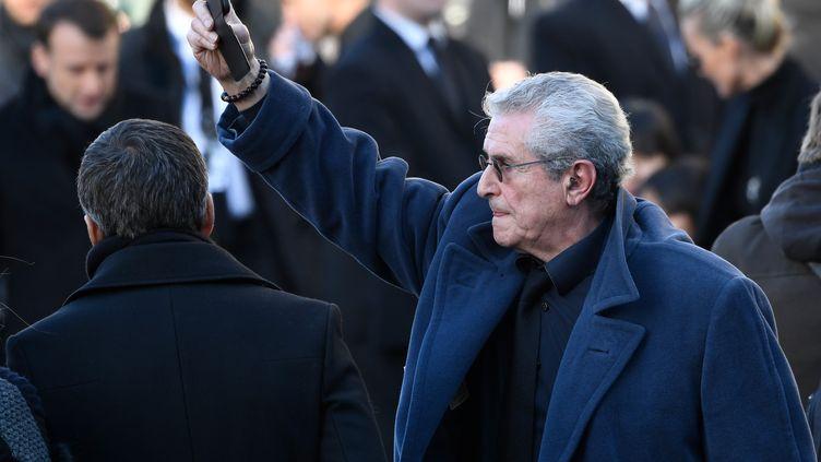 Le réalisateur Claude Lelouch filme l'hommage à Johnny Hallyday, le 9 décembre 2017, à Paris. (BERTRAND GUAY / AFP)