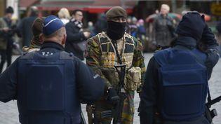 Des policiers et un soldat belges positionnés sur la Grand-Place de Bruxelles (Belgique), le 22 novembre 2015. (JOHN THYS / AFP)