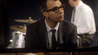 Le pianiste américain Dave Brubeck en 1964 à Londres, lors de l'enregistrement d'un show télévisé (DAVID REDFERN / REDFERNS / GETTY IMAGES)