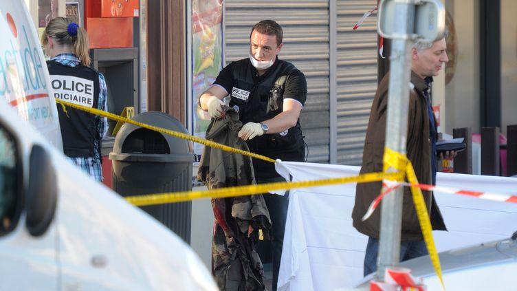 Des policiers enquêtent sur le meurtre de deux militaires à Montauban (Tarn-et-Garonne), le 15 mars 2012. (ERIC CABANIS / AFP)