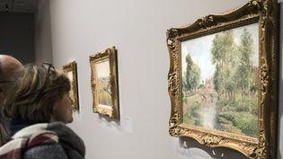 Des visiteurs regardent un tableau de Pissarro exposé au Musée du Luxembourg en mars 2017 (image prétexte).  (Etienne Laurent / EPA / MaxPPP)