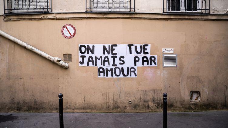 Un collage sur un mur dans le 11e arrondissement de Paris, le 22 novembre 2019. (XOSE BOUZAS / HANS LUCAS / AFP)
