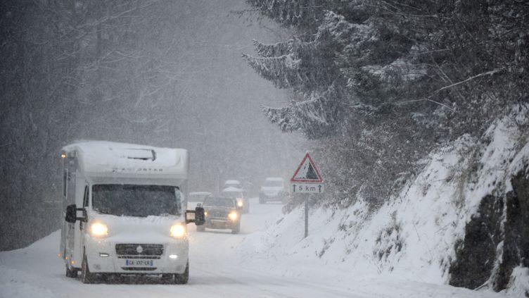Des véhicules accèdent à la station des Saisies (Savoie), le 27 décembre 2014. (JEAN-PIERRE CLATOT / AFP)