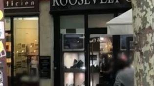Un braquage en plein jour a été filmé calmement par des passants à Paris mercredi 5 juin. Deux individus ont pillé une bijouterie après avoir frappé un employé, près des Champs-Elysées. (CAPTURE ECRAN FRANCE 2)