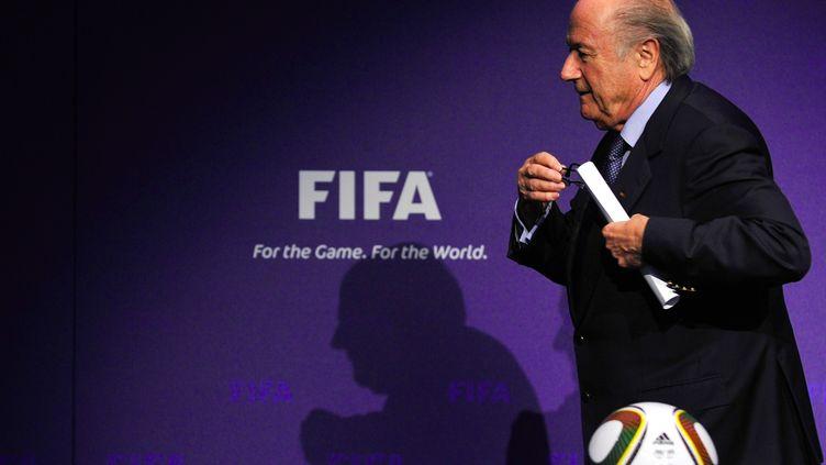 Le président de la Fifa, Sepp Blatter, quitte une conférence de presse, le 19 novembre 2010, à Zurich (Suisse). (FABRICE COFFRINI / AFP)