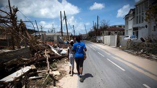 Des sinistrés dans les rues de Grand-Case àSaint-Martin, le 11 septembre 2017. (MARTIN BUREAU / AFP)
