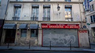 Un bar-restaurant à Paris, le 20 novembre 2020,fermé en raison de l'épidémie de Covid-19. (GABRIELLE CEZARD / HANS LUCAS / AFP)