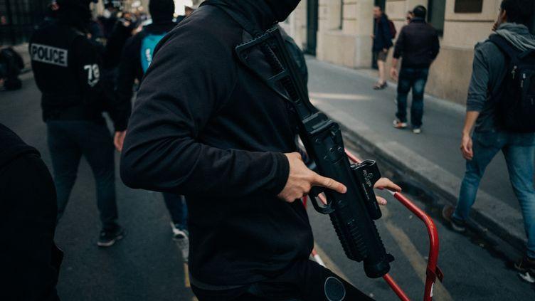 Un policier en civil, le 21 septembre 2019, à Paris. (MATHIAS ZWICK / HANS LUCAS / AFP)