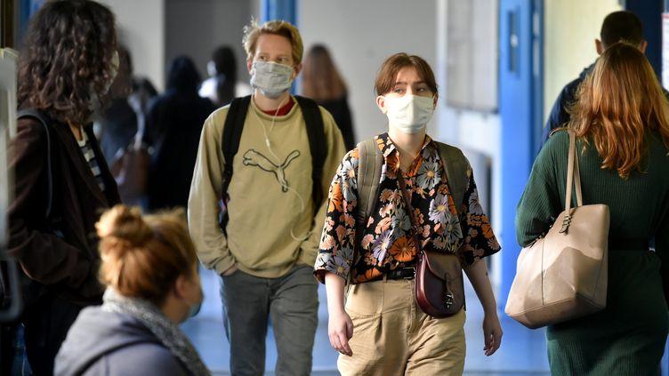 Des étudiants marchent dans les couloirs d'une université, le 8 septembre 2020 à Saint-Etienne (Loire). (REMY PERRIN / MAXPPP)