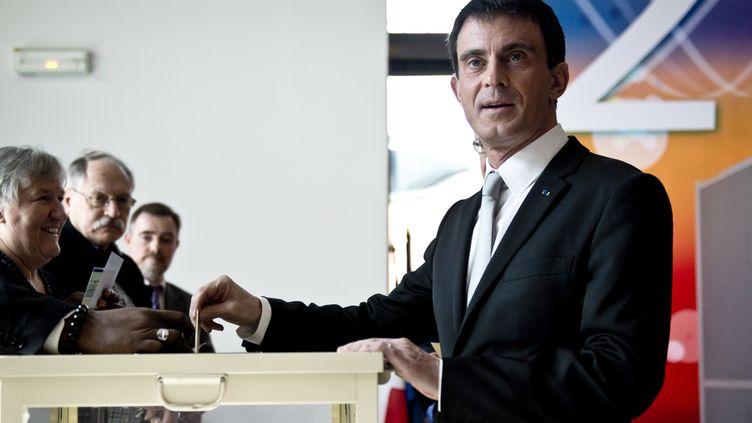 Le Premier ministre Manuel Valls a voté dans son fief d'Evry (Essonne)à l'occasion du premier tour des départementales, le 22 mars 2015. (ALAIN JOCARD / AFP)