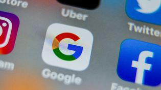 Les icônes de Google et Facebook sur une tablette, le 28 août 2019, à Lille. (DENIS CHARLET / AFP)