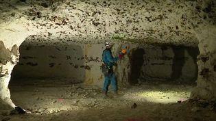Les Marnières menacent certaines maisons en Normandie. Ces cavités d'anciennes carrières de craie fragilisent les sols, les travaux de comblement peuvent atteindre plus de 100 000 euros. Mieux vaut être vigilant lors de l'achat. (FRANCE 3)