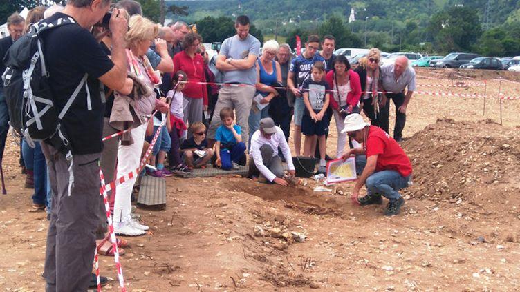 Visite d'un chantier de fouilles du Néolithique et de l'âge des Métaux à Cléon (Seine-Maritime) lors des Journées nationales de l'archéologie 2016  (Inrap - Sandrine Lalain )