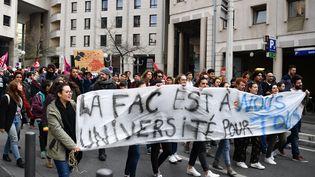 Des étudiants protestent contre la réforme de l'accès à l'universié à Marseille (Bouches-du-Rhône), le 4 avril 2018. (BERTRAND LANGLOIS / AFP)