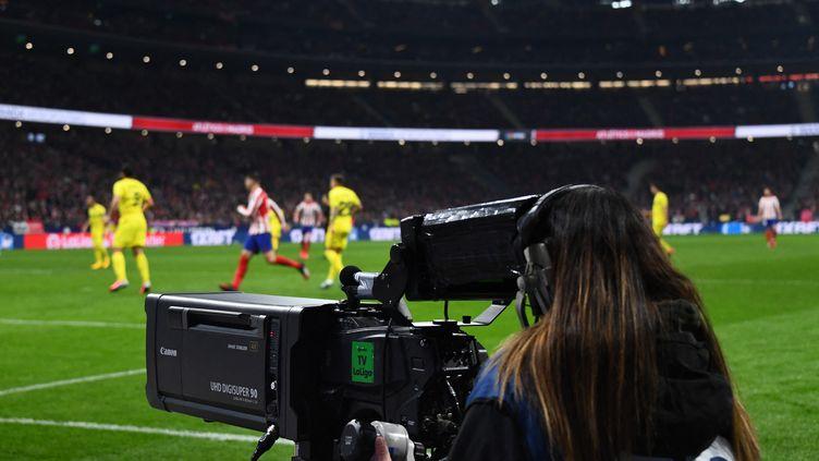 Une caméraman durant un match du championnat de football espagnol, à Madrid, le 23 février 2020. (GABRIEL BOUYS / AFP)