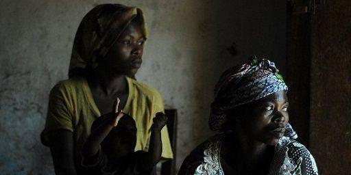 La République démocratique du Congo connait un des taux de viols les plus importants au monde. Ces deux femmes de la province de Kivu à l'est du pays ont été toutes deux victimes d'un viol. (AFP PHOTO / TONY KARUMBA)