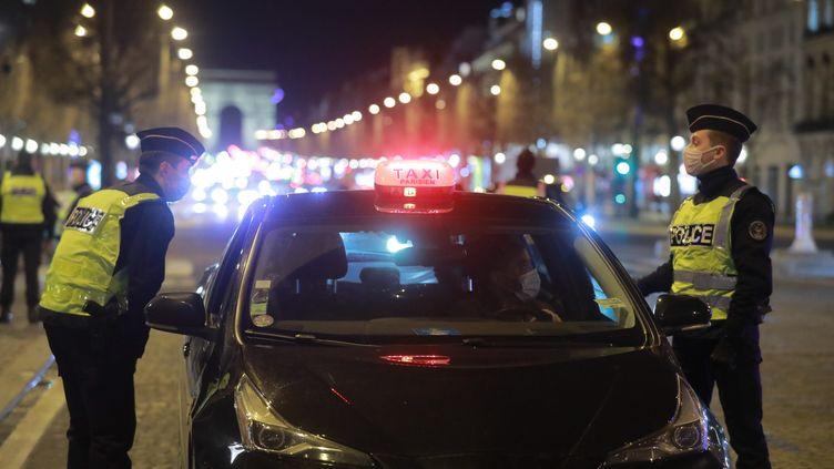 Un contrôle de police au moment du couvre-feu, le 22 janvier 2021 à Paris. (PHILIPPE LAVIEILLE / MAXPPP)