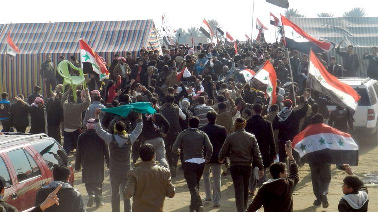 Deux personnes ont été blessées dimanche 30 décembre 2012 lorsque les forces de sécurité ont ouvert le feu à Ramadi, à une centaine de kilomètres à l'ouest de Bagdad en Irak pour disperser des manifestants (AZHAR SHALLAL / AFP)
