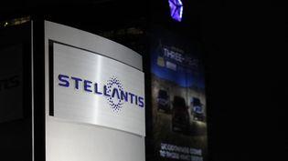Le logo de Stellantis, dans ses bureaux américains à Auburn Hills (Michigan), le 18 janvier 2021. (JEFF KOWALSKY / AFP)