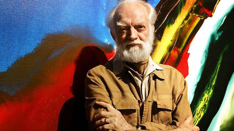 Paul Jenkins devant une de se toiles exposées en 2005 au Palais des Beaux Arts de  Lille  (PHILIPPE HUGUEN/AFP)