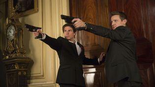 """Tom Cruise et Jeremy Renner dans le nouveau volet de """"Mission Impossible"""", au cinéma le 12 août 2015. (DAVID JAMES / KOBAL / AFP)"""