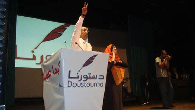 Un candidat de Doustourna demandant au public de chanter l'hymne tunisien.