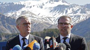 Le directeur général de Germanwings, Thomas Winkelmann (G), et le PDG de Lufthansa,Carsten Spohr, le 1er avril 2015, près de la stèle érigée au Vernet (Alpes-de-Haute-Provence),en hommage aux victimes du crash de l'airbus A320 de Germanwings. (JEAN-PAUL PELISSIER / REUTERS)