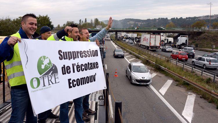 Des routiers manifestent contre l'écotaxe le 16 novembre 2013 auxPennes-Mirabeau (Bouches-du-Rhône). (ANNE-CHRISTINE POUJOULAT / AFP)