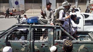Des talibans à bord d'un véhicule de laDirection nationale de la sécurité afghane, à Kandahar (Afghanistan), le 13 août 2021. (AFP)