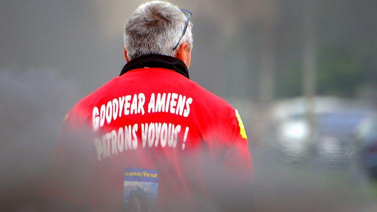 Un salarié de Goodyear Amiens-Nord manifeste devant l'usine, le 3 juin 2013. (DENIS CHARLET / AFP)