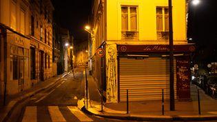 Une rue de Paris presque déserte durant le couvre-feu, le 24 février 2021. (RAPHAEL KESSLER / AFP)