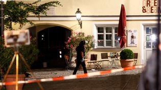 La police sécurise le périmètre après l'explosion d'une bombe portée par un migrantsyrien à Ansbach (Allemagne), dans la nuit du 24 au25 juillet 2016. (MICHAELA REHLE / REUTERS)