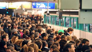 Des usagers attendant le métro à la station Gare Saint-Lazare, le 11 décembre 2009 à Paris. (MIGUEL MEDINA / AFP)