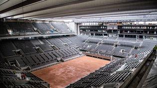 Les travaux de construction du nouveau toit du court de tennis central Philippe-Chatrier,le 5 février 2020 au stade de Roland-Garros à Paris. (MARTIN BUREAU / AFP)
