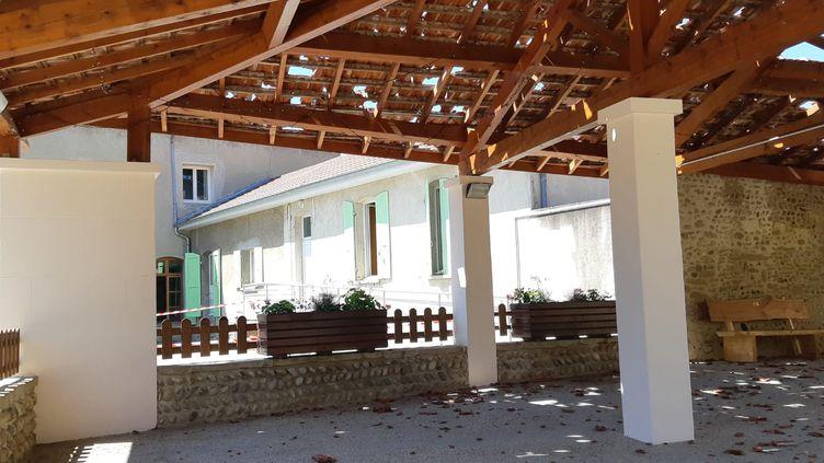 La grêle avait transpercéles tuiles du préau devant la mairie de Chatillon-Saint-Jean (Drôme), lors de la tempête du 15 juin 2019. (FLORENCE GOTSCHAUX / RADIOFRANCE)