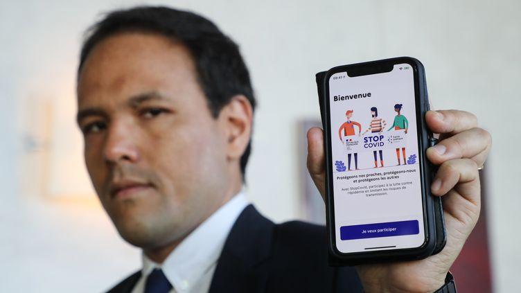 Le secrétaire d'Etat au numérique, Cédric O, présente l'application de traçage StopCovid, le 29 mai 2020 à Bercy. (LUDOVIC MARIN / AFP)