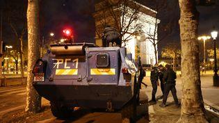 Dès la nuit, des blindés prennent position à proximité de l'Arc de triomphe. (MUSTAFA YALCIN / ANADOLU AGENCY/AFP)