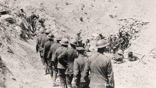 Des prisonniers britanniques se tiennent en ligne pendant la bataille du chemin des Dames, en 1917 (date non précisée). (BERLINER VERLAG / ARCHIV / AFP)
