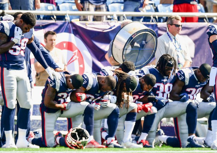 Plusieurs joueurs des New England Patriots ont mis un genou à terre, le 24 septembre 2017, pendant l'hymne américain, au Gillette Stadium. (BILLIE WEISS / GETTY IMAGES NORTH AMERICA / AFP)