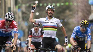 Julian Alaphilippe (Deceuninck-Quick Step) vainqueur de la 2e étape de Tirreno-Adriatico, le 11 mars 2021, devant Van der Poel et Van Aert. (MARCO ALPOZZI / LAPRESSE)