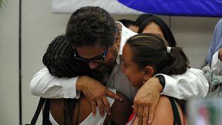Le commandant des Farc, Ivan Marquez,embrasse des victimes du conflit armée entre la guérilla et le gouvernement colombien, le 24 août 2016 à La Havane (Cuba). (YAMIL LAGE / AFP)