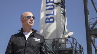 Le millardaire américain Jeff Bezos, fondateur de Blue Origin, aux abords de la base de décollage de sa fusée New Shepard, dans le Texas (Etats-Unis), le 24 avril 2015. (BLUE ORIGIN / AFP)